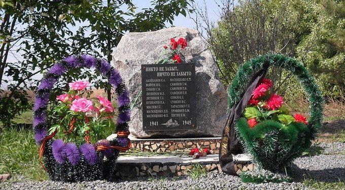с. Крещеновка Ивановского р-на. Камень на месте будущего памятника воинам-землякам