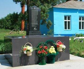 с. Луговое Ивановского р-на. Памятник погибшим односельчанам