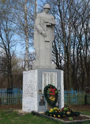 п. Крючки Балаклейского р-на. Памятник на братской могиле, в которой похоронено 607 воинов.