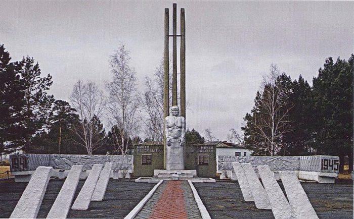 с. Новопокровка Ивановсккого р-на. Монумент воинам-землякам