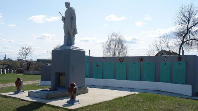 с. Морозовка Балаклейского р-на.Памятник, рядом со школой, установлен на братской могиле 415 воинов и казненных мирных жителей. Кроме того, на мемориальной плите увековечены имена 34 земляков пропавших без вести.