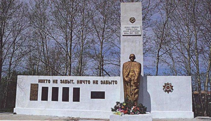 с. Правовосточное Ивановсккого р-на. Памятник погибшим землякам