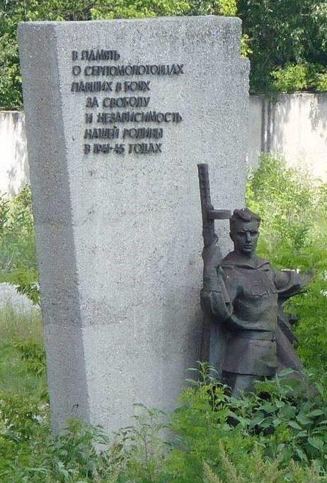 Скульптура и стела мемориала