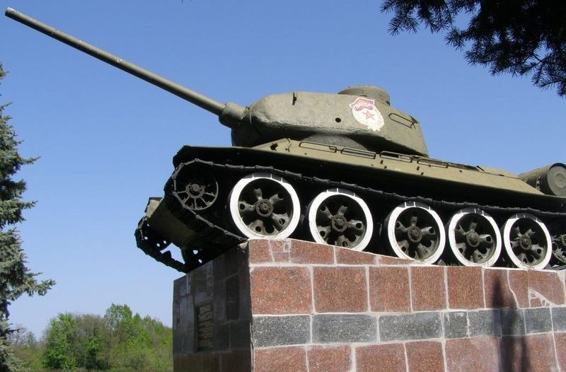 г. Барвенково. Памятник -Танк Т-34.