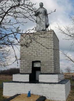 с. Нуровое Балаклейского р-на. Памятник на околице села установлен на братской могиле, в которой похоронено 33 воина.
