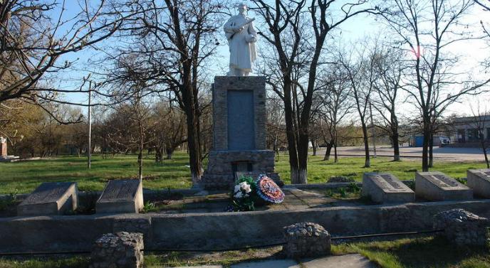 с. Петровское Балаклейского р-на. Общий вид мемориала