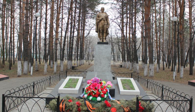 с. Константиновка. Памятник воину-освободителю в школьном парке