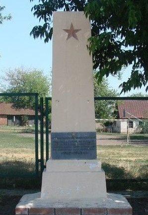с. ПетровскоеБалаклейского р-на. Памятник,возле сельской школы, установлен на братской могиле, в которой похоронено 80 воинов, погибших в боях за село.