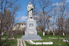 с. Пришиб Балаклейского р-на. Памятник вцентре села, установлен на братской могиле, в которой похоронено 96 воинов, погибших в боях за село.