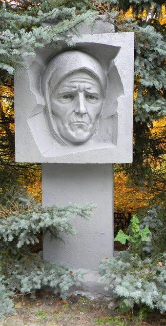 Барельефы на мемориале
