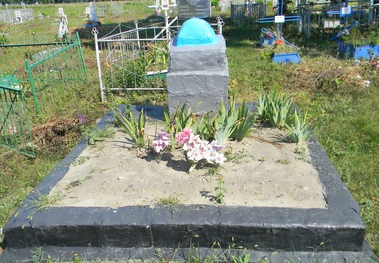 с. УкраинкаБалаклейского р-на. Памятник на кладбище, установленный на братской могиле шести мирных жителей, расстрелянных фашистами 7 февраля 1943 года.