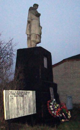 с. Калиново Боровского р-на. Памятник установлен на братской могиле, в которой похоронено 11 воинов, погибших при освобождении села. Рядом с памятником расположены стелы с именами погибших односельчан