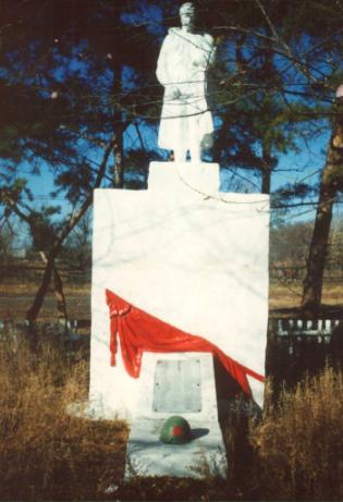 с. Рогозовка Ромненского р-на. Памятник погибшим воинам-землякам