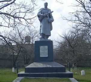 с. Червоный ЯрБалаклейского р-на. Памятник установлен на братской могиле, в которой похоронено 269 воинов, в т.ч. 254 неизвестных.