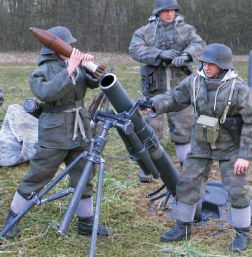 Миномет 12-cm Granatwerfer 42 в боевом положении