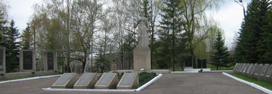 п. Великий Бурлук. Мемориальный комплекс сооружен на братской могиле, в которой захоронено 709 советских воинов, в т.ч. 457 неизвестных.