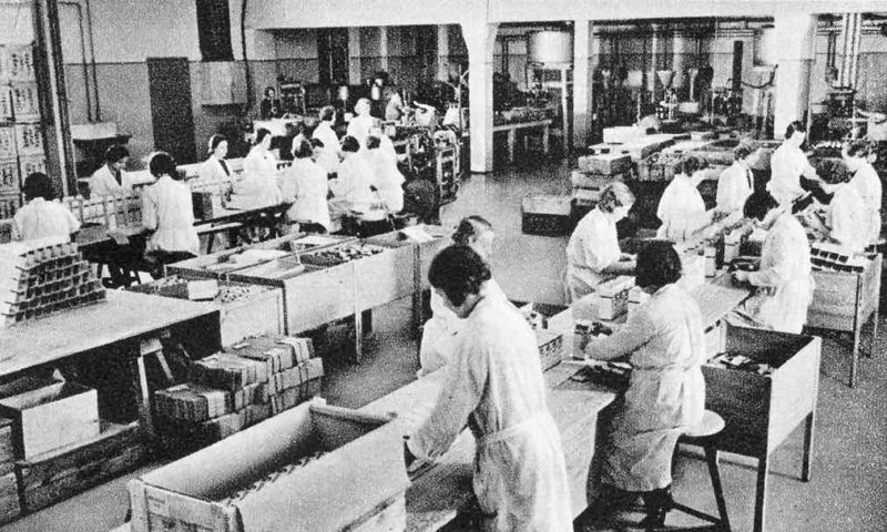 Рабочие на заводе Temmler в Берлине на производстве первитина.