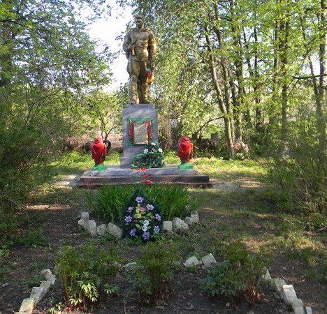 с. Байрак Волчанского р-на. Памятник, установлен на братской могиле, в которой похоронено 429 неизвестных воинов