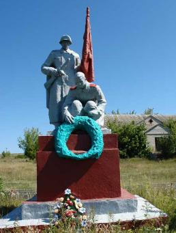 с. Бологовка Двуречанского р-на. Памятник на окраине села, установлен на братской могиле, в которой похоронено 3 воина