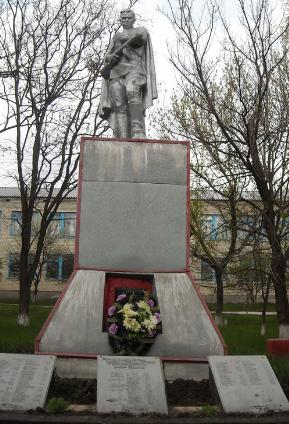 с. Бугаевка Изюмского р-на. Памятник на братской могиле, в которой похоронено 101 воин