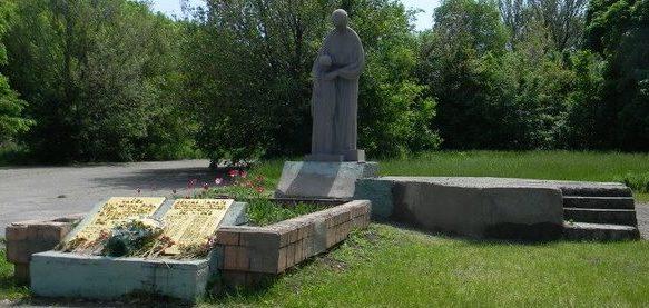 с. Александровка Кегичёвского р-на. Памятник установлен на братской могиле, в которой похоронен 21 воин, в т.ч. 18 неизвестных