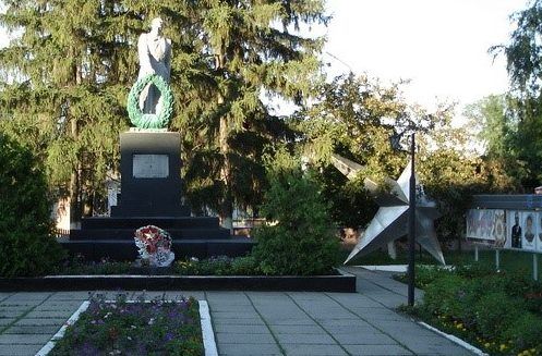 г. Волчанск. Памятник в парке по улице установлен на братской могиле, в которой похоронено 49 воинов и партизан. Здесь же похоронены Щербак А.М. и Волкова Н.Т. – Герои Советского Союза.