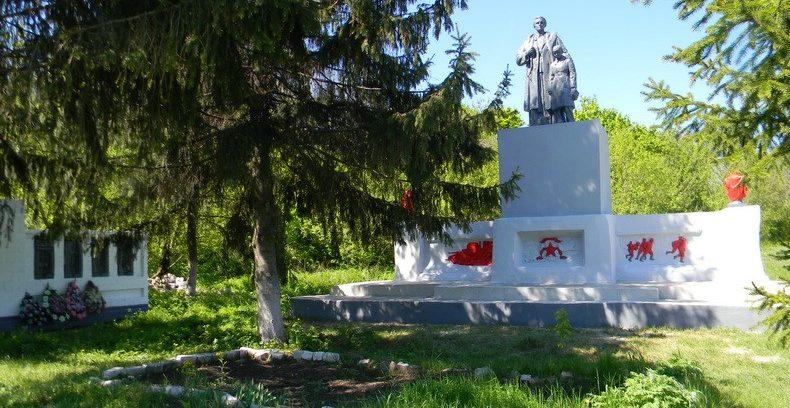 с. Коммунарка Кегичёвского р-на. Памятник установлен на братской могиле, в которой похоронено 13 воинов, погибших в боях за село. На стеле увековечены имена односельчан, не вернувшихся с войны