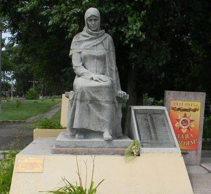 г. Дергачи. Памятный знак 61 погибшему земляку