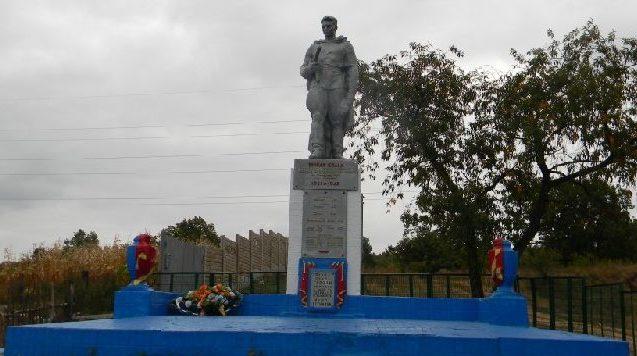 с. Боровая Змиевского р-на. Памятник на окраине села установлен на братской могиле, в которой похоронено 18 воинов, погибших в боях за село