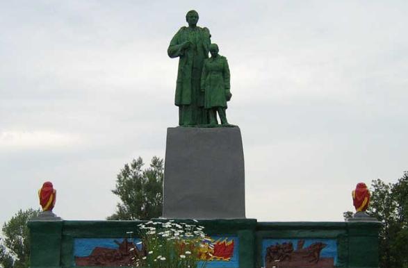 г. Волчанск. Памятник по улице Чкалова возле школы, установлен на братской могиле советских воинов