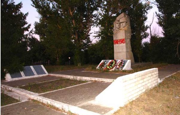 с. Кутьковка Двуречанского р-на. Памятник установлен на братской могиле, в которой похоронено 22 советских воина