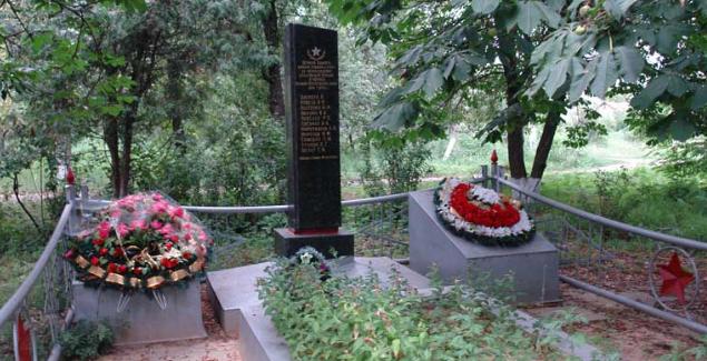 с. Малый Бурлук Великобурлукского р-на. Обелиск, установленный на братской могиле, в котором похоронено 28 советских воинов
