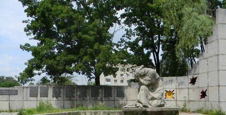 г. Дергачи. Памятник по улице Садовой возле школы-интерната, установлен на братской могиле, в которой похоронено 298 воинов, погибших в боях за город