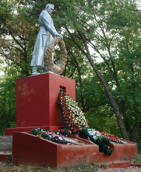 п. Меловое Великобурлукского р-на. Памятник установлен на братской могиле, в которой похоронено 15 советских воинов