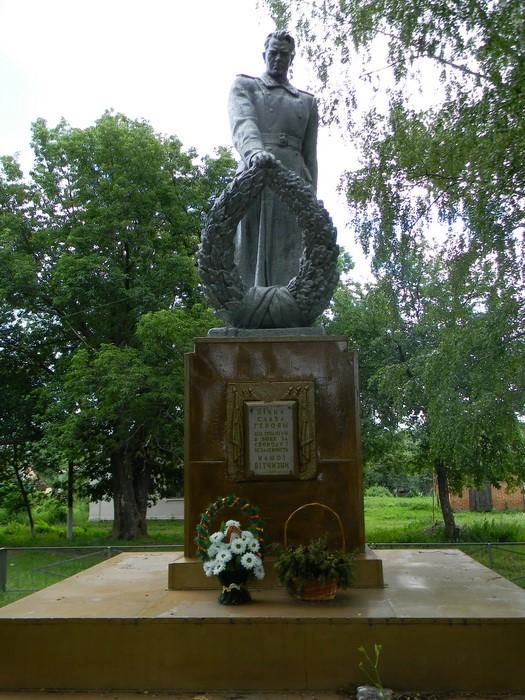 с. Великая Губщина Валковского р-на. Памятник на братской могиле, в которой похоронено 56 советских воинов