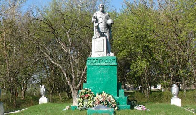 с. Великая Гомольша. Памятник на братской могиле