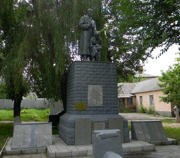 г. Дергачи. Памятник по улице 1 Мая рядом с районным судом, установлен на братской могиле, в которой похоронено 259 воинов, погибших в боях за город