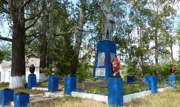 с. Орчик Зачепиловского р-на. Памятник установлен на братской могиле, в которой похоронено 16 воинов и партизан, погибших в годы войны. Здесь же размещены памятные доски с именами погибших земляков.