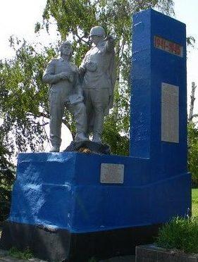 с. Мажарка Кегичёвского р-на. Памятник установлен на братской могиле, в которой похоронено 26 воинов, в т.ч. 21 неизвестный. На памятной доске увековечено 126 земляков, не вернувшихся с войны