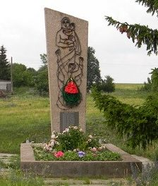 с. Войтенки Валковского р-на. Памятник на братской могиле, в которой похоронено 25 мирных жителей.