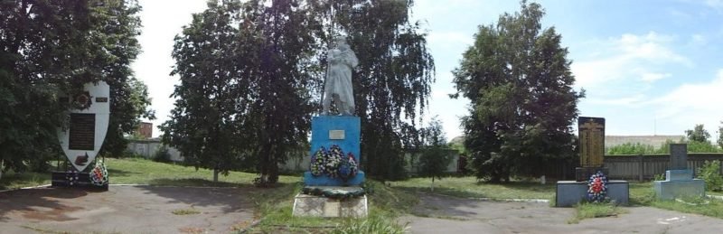 п. Приколотное Великобурлукского р-на. Памятник и стела, установленные на братском кладбище, в котором похоронено 118 воинов, погибших в боях за село