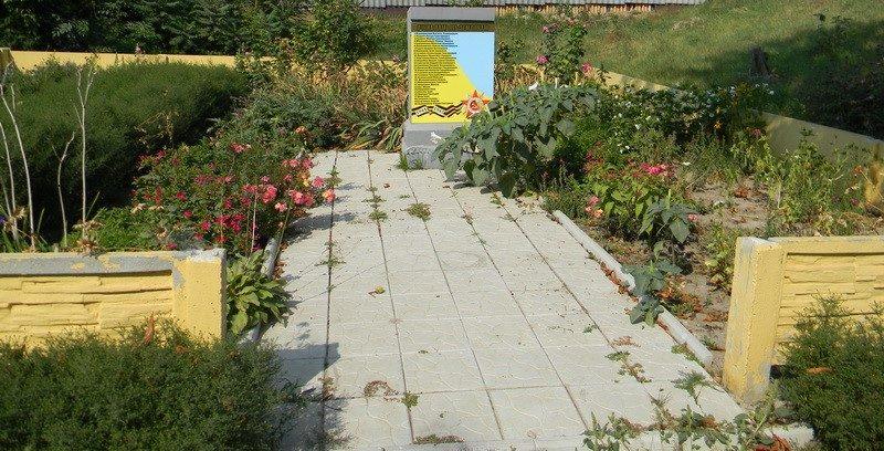г. Дергачи. Памятный знак 30 погибшим землякам установлен по улице Коминтерна рядом с детской площадкой