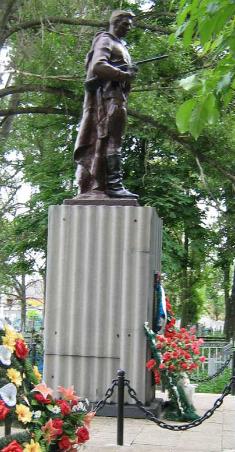 г. Волчанск. Памятник на городском кладбище по улице Короленко, установлен на братской могиле, в которой похоронено 181 воин. Здесь же находится ряд одиночных могил воинов и партизан, погибших во время войны.