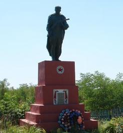 с. Першотравневое Двуречанского р-на. Памятник установлен на братской могиле, в которой похоронено 12 советских воинов