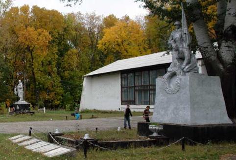с. Руновщина Зачепиловского р-на. Общий вид братской могилы (слева) и памятного знака погибшим землякам