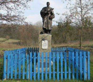 с. Виловка Змиевского р-на. Памятник на краю села установлен на братской могиле, в которой похоронено 162 воина.