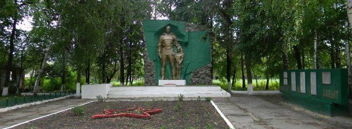 с. Высокополье Валковского р-на. Памятник у сельского клуба, установлен на братской могиле, в которой похоронено 270 воинов, погибших в боях за село 9 сентября 1943 года
