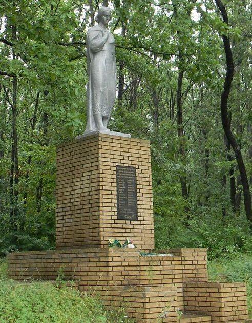 Дергачевский р-н. Памятник в лесу между селами Сиряки и Подворки, установлен на братской могиле, в которой похоронено более 3 тысяч мирных жителей