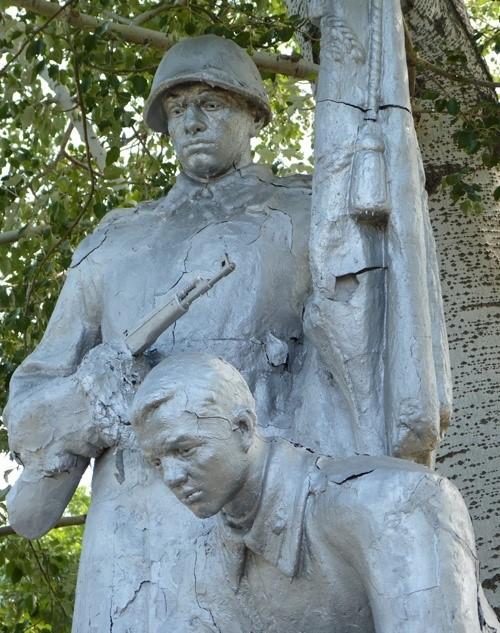 Фрагмент скульптурной группы памятного знака