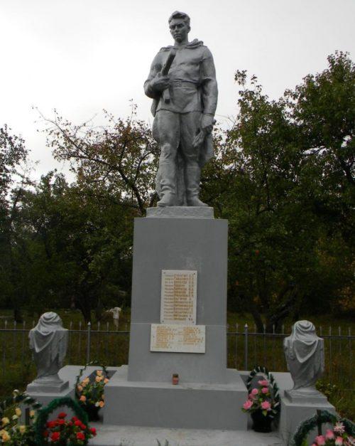 с. Гайдары Змиевского р-на. Памятник в центре села, установлен на братской могиле, в которой похоронено 762 воина, погибших при освобождении села